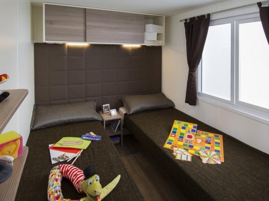 Bedroom with twin beds of the Bungalow Garden suite